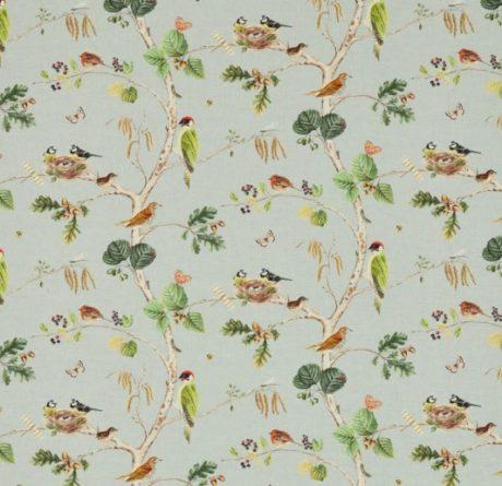SANDERSON UK WOODLAND CHORUS sky blue multi 1 Herbst Wald Bäume Vögel blau La Cassetta