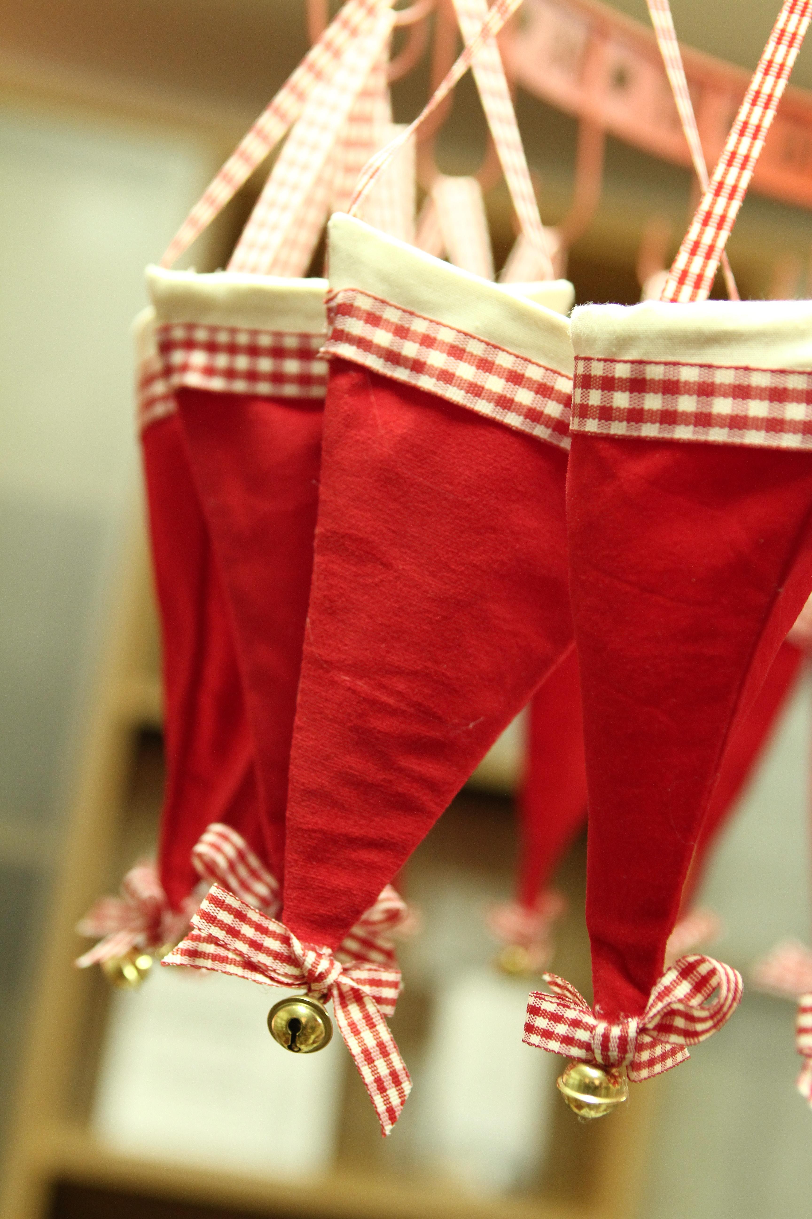 Adventskalender 24 Deko Mützen rot weiß mit Schelle zum Befüllen 2