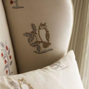 SANDERSON UK Meterstoff CLEMENCE vanilla silver Waldtiere Wildblumen bestickt La Cassetta 3