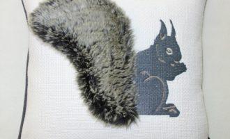 Steen Design Kissenhülle Eichhörnchen OACHKATZL 45x45cm SYLT mit ANDREA grau 1 La Cassetta