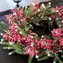 Dekokranz mit roten Beeren Zapfen Eis Winter Weihnachten 55cm La Cassetta 1