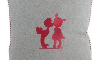 Kissenhülle 45x45cm LODEN grau mit Keder LAAX rot mit Stick LIEBE IST Herz STEEN DESIGN La Cassetta