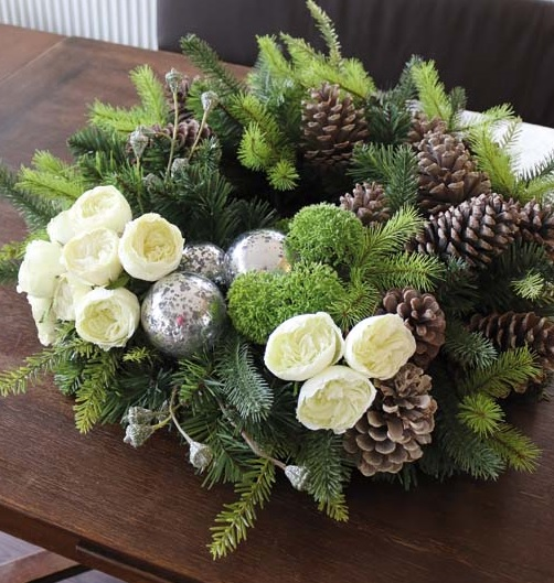 Dekokranz Tanne grün Rosen creme Kugeln silber Zapfen braun Weihnachten La Cassetta Wien