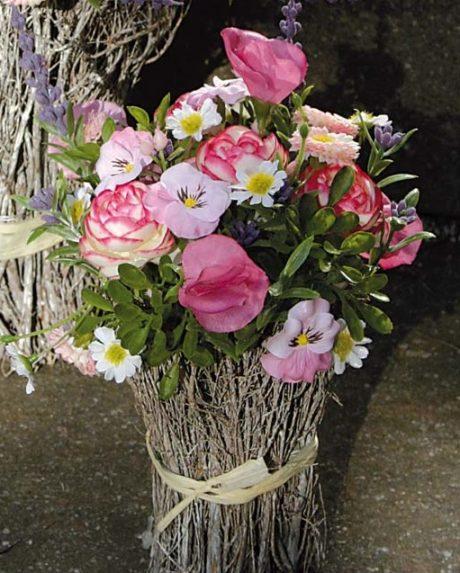 Deko Floristik Blüten Arrangement Rattan Frühling Sommer pink klein La Cassetta