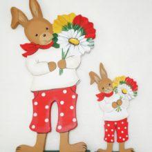 Holzdeko Aufsteller Hase rote Hose mit gelb-rot-weißen Blumen Land Art Kunsthandwerk La Cassetta online kaufen